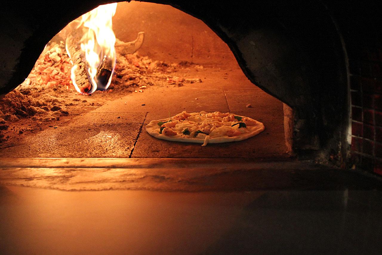 ピザ窯で焼いたピザ