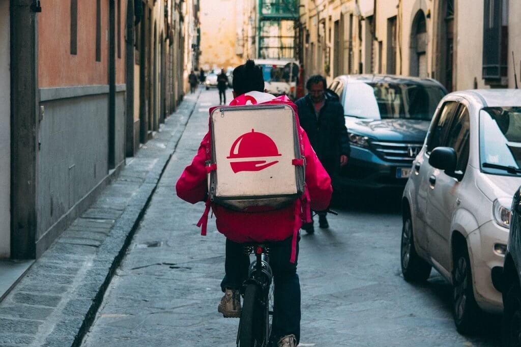 自転車でデリバリー