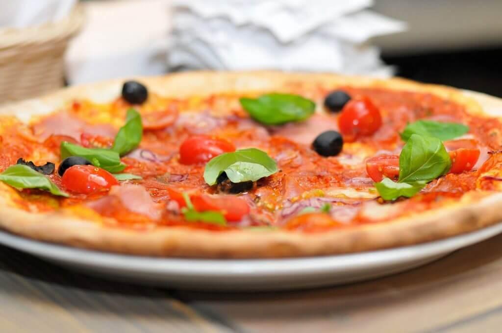 お皿に乗ったピザ