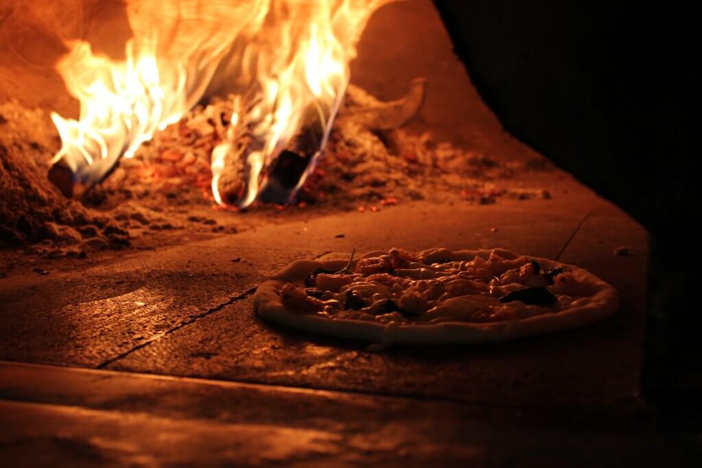 石窯の中のピザ